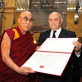 """Дээрхийн Гэгээнтэн Далай Лам Болзанод """"Цөөнхийн Шагнал"""" хүлээн авах ёслолын үеэр шашнаас ангид ёс суртахууны талаар айлдав"""